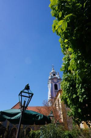 Restaurant Sanger Blondel: 庭から教会を望む