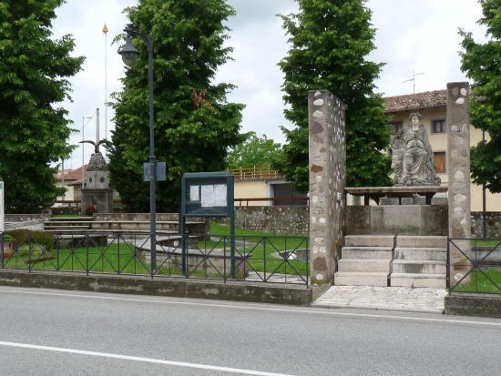 Campoformido, إيطاليا: Piazza del Trattato.