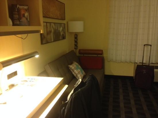 TownePlace Suites Pensacola: Этот диван можно разложить для третьего путешественника
