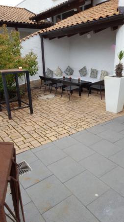 eine gemütliche sitzecke überdacht für die raucher - bild von, Hause und Garten