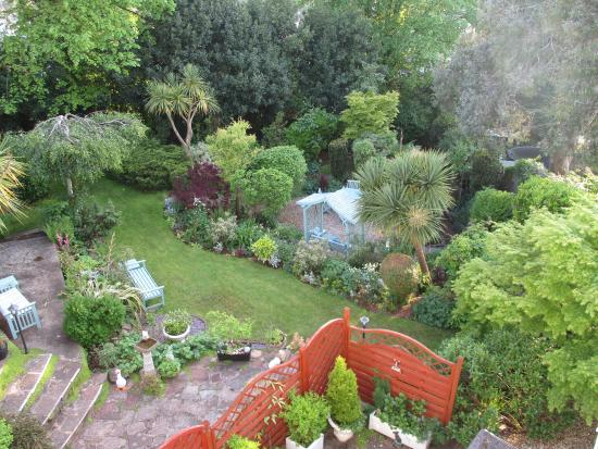 Carlton Court: Photo of the garden from Superior Room 9.