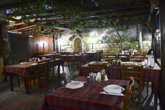'MESA YITONIA' FAMILY TAVERN: Εσωτερική αυλή  «Ταβέρνας Μέσα Γειτονιάς»