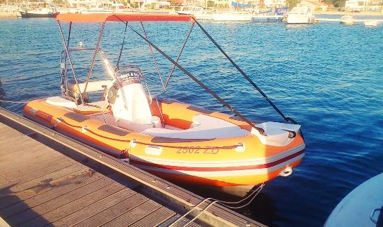 Bibinje, Kroasia: Maestral with its 60 hp engine offers the speed with which you can get to any of the destination