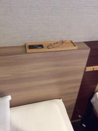 三井ガーデンホテル札幌, ヘッドボードにはコンセントと小物入れ。便利で