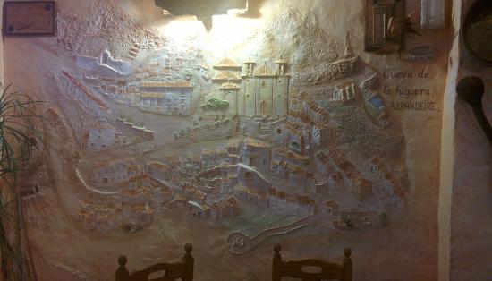 Mural de Alpandeire en una de las paredes del restaurante