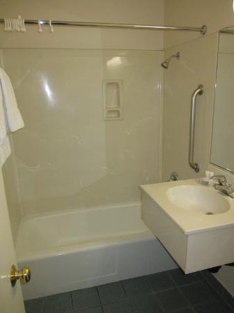 Highland Country Inn: Bathroom