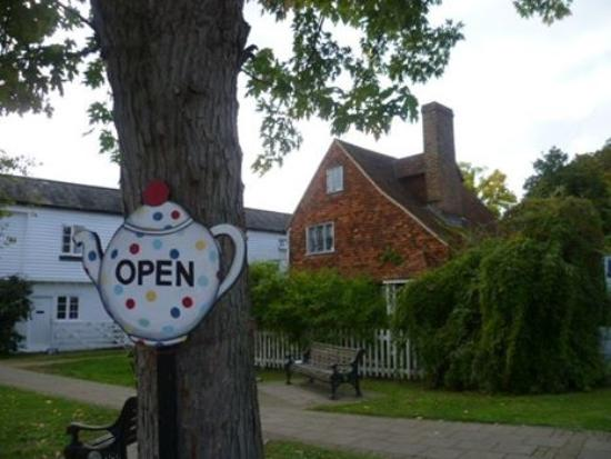 Hadlow, UK: Look for the teapot signs