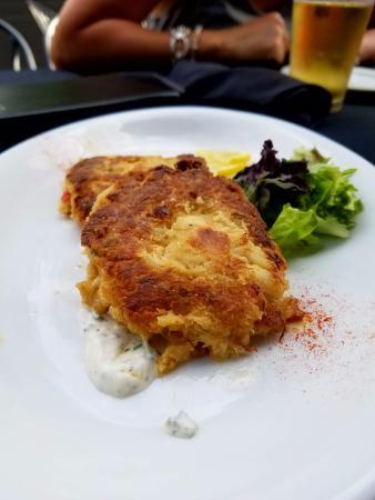 Mantel Wine Bar & Bistro: Crab cake appetizer