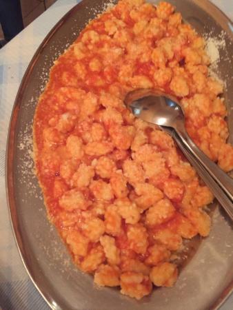 Bassacutena, إيطاليا: Ravioli ripieni di ricotta dolce gnocchetti sardi spaghetti con arselle e bottarga