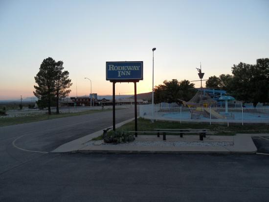 Whites City, Νέο Μεξικό: Ingresso con vista sui negozi (chiusi alle 18:30)