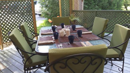 Frelighsburg, Canadá: Table mise sur la terrasse pour le petit déjeuner .
