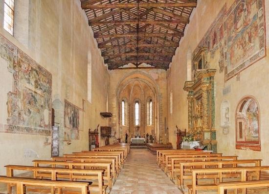 Amatrice, Italia: L'interno affrescato