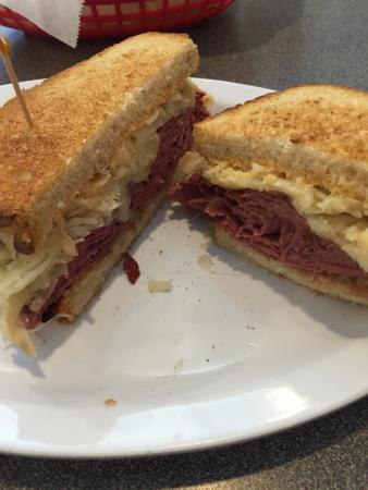 เมเบน, นอร์ทแคโรไลนา: Reuben - yummy corned beef, perfect amount of sauerkraut and thousand island dressing on toasted