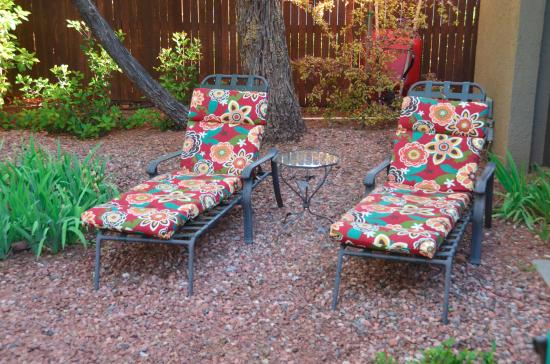 Baby Quail Inn: lounge chairs