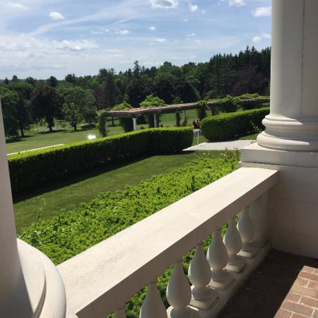 Canyon Ranch in Lenox: Front of the mansion with the immense garden leading to the woods