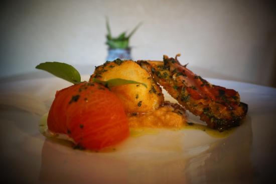 L'arlequin: Mozza Di Buffala Croustillante, Tomate à l'Huile d'Olive, Pestou, Pain Grillé à l'Ail & Jambon C
