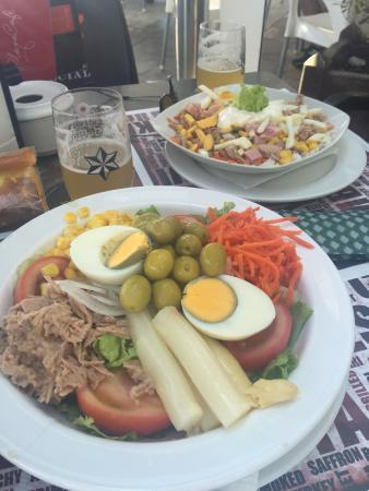 Cerveceria Playa Café Bocateria: Ensaladas completas abundantes ricas y baratas