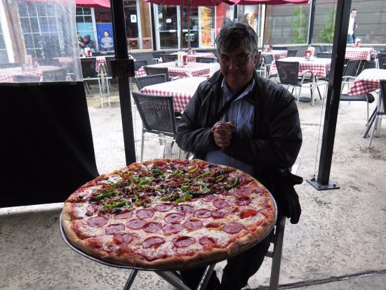 Village Pizzeria Bayside: Pedi familiar para 4 y esto es para 8, menos mal que era mi cumpleaños