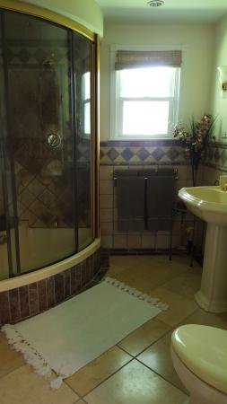 Hurleyville, NY: Bathroom with Vichy shower.
