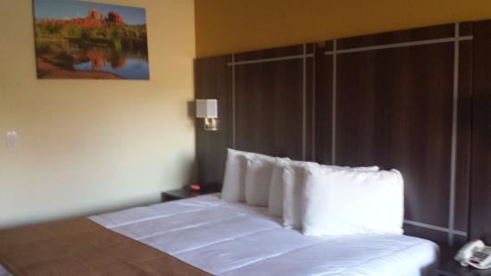 Wildflower Inn at BellRock: Comfy bed!