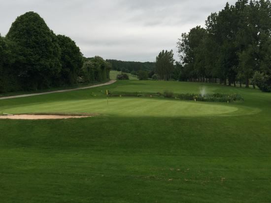 Leominster, UK: The 18th green from the clubhouse