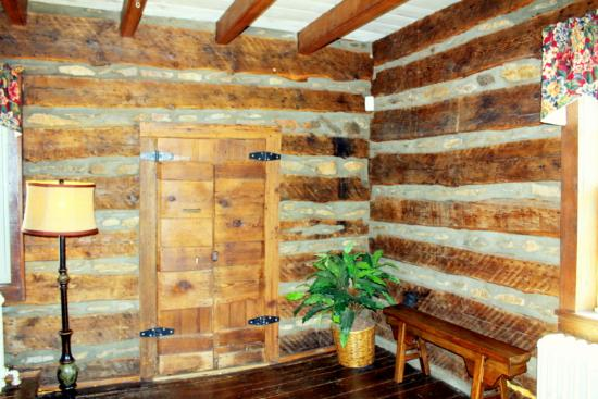 Hume, VA: Historic Tavern Front Door