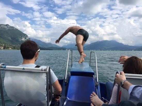 Annecy-le-Vieux, فرنسا: un plongeon depuis pédalo