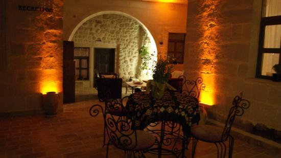Sinasos Palace Cave Hotel: alt avlu