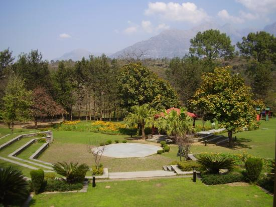 كنتري إن آند سويتس باي كارلسون فايشنو: The gardens at Country Inn & Suites in Katra.