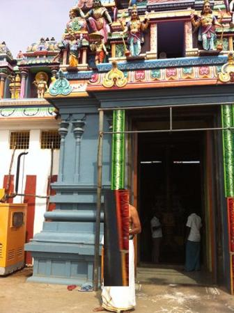 Villupuram, Indien: Temple with generator