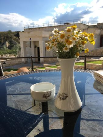 MDC Hotel: Outside seating area with fresh flowers