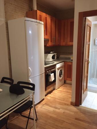 Se ve el comedor para 4, la cocina y la puerta al baño ...