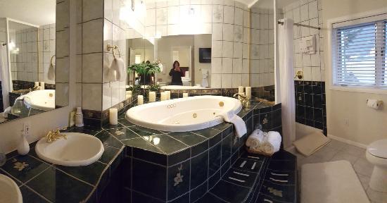Beachside Villa Luxury Inn: Harbor View Bathroom