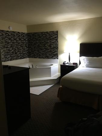 Holiday Inn Express Dahlonega: Separate bed and hot tub, with its own TV also, desks. Big closets and separate bathroom
