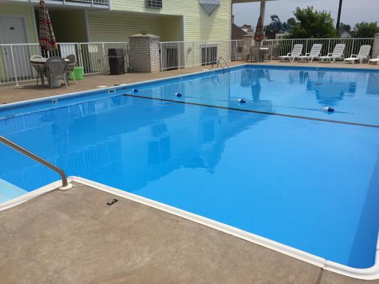 Spinning Wheel Inn: Outdoor Season Swimming Pool