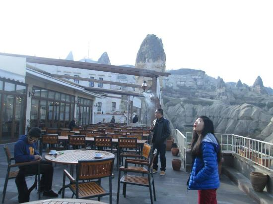 Goreme Kaya Hotel: outdoor dining.... having a morning coffee