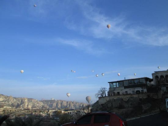 Goreme Kaya Hotel: morning view with lots of hot air ballon spreading the sky..