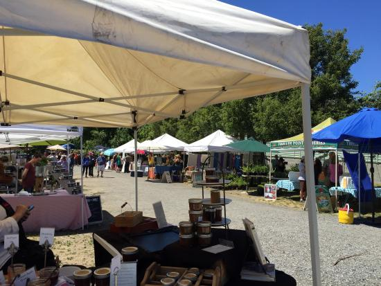 Eastsound, WA: Orcas Island Farmers Market on a beautiful June day.