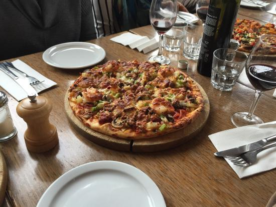 L'Olivo: Assorted pizzas and pasta