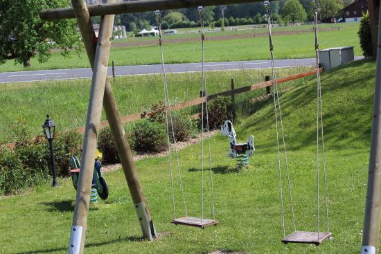 Landhotel Golf: swings in the front lawn