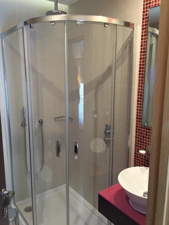 Hotel Indigo London-Paddington: Bathroom nice but tight.