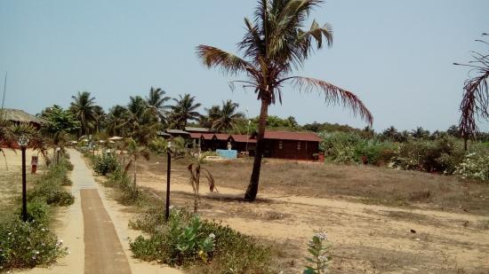 พาราไดซ์วิลเลจบีชรีสอร์ท: Beach shacks from the beach entrance