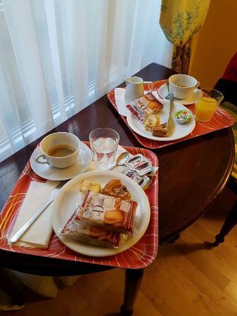 Residenza Dei Pucci: Colazione in camera sul comodo tavolino.