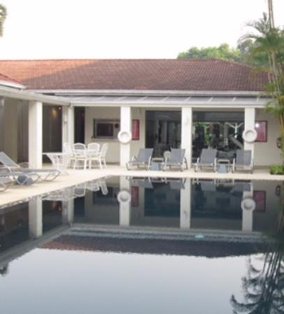 Mercure Vientiane: The pool is not large but ok. Every thing is simple and standard.