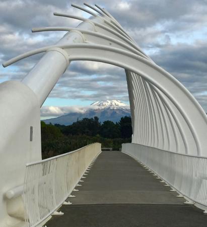 New Plymouth, Nova Zelândia: Mt Taranaki through Te Rewa Rewa Bridge
