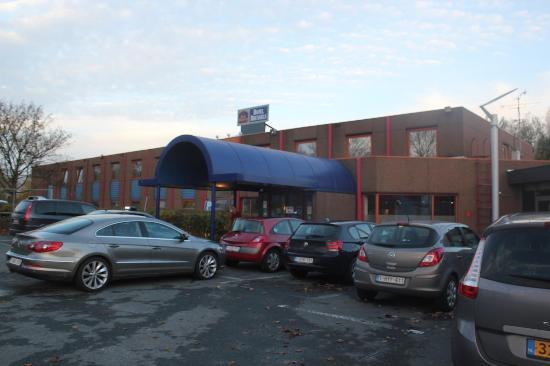 Groot-Bijgaarden, Bélgica: ホテル外観と駐車場