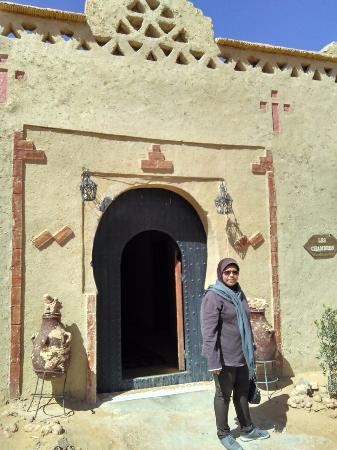 Kasbah Bivouac Lahmada: my mother in front of the chambres