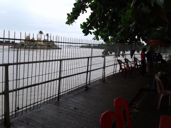 Yangon Region, Birmania: Passing the eating places and a high fence on the way to the jetty