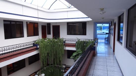 Hotel El Indio Inn: Kamers kijken uit op een overdekte binnenplaats