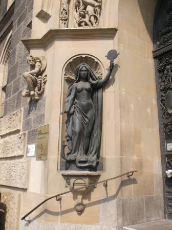 """Skulpturen """"Wahrheit und Gerechtigkeit"""""""